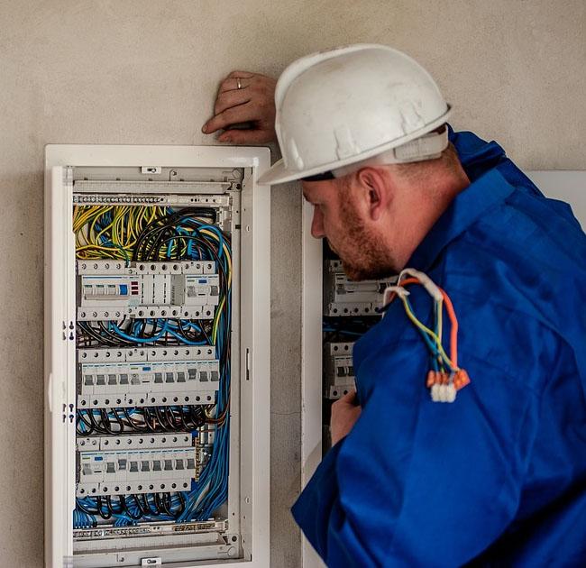 Jobul de electrician: de ce atestări ai nevoie și cum te angajezi